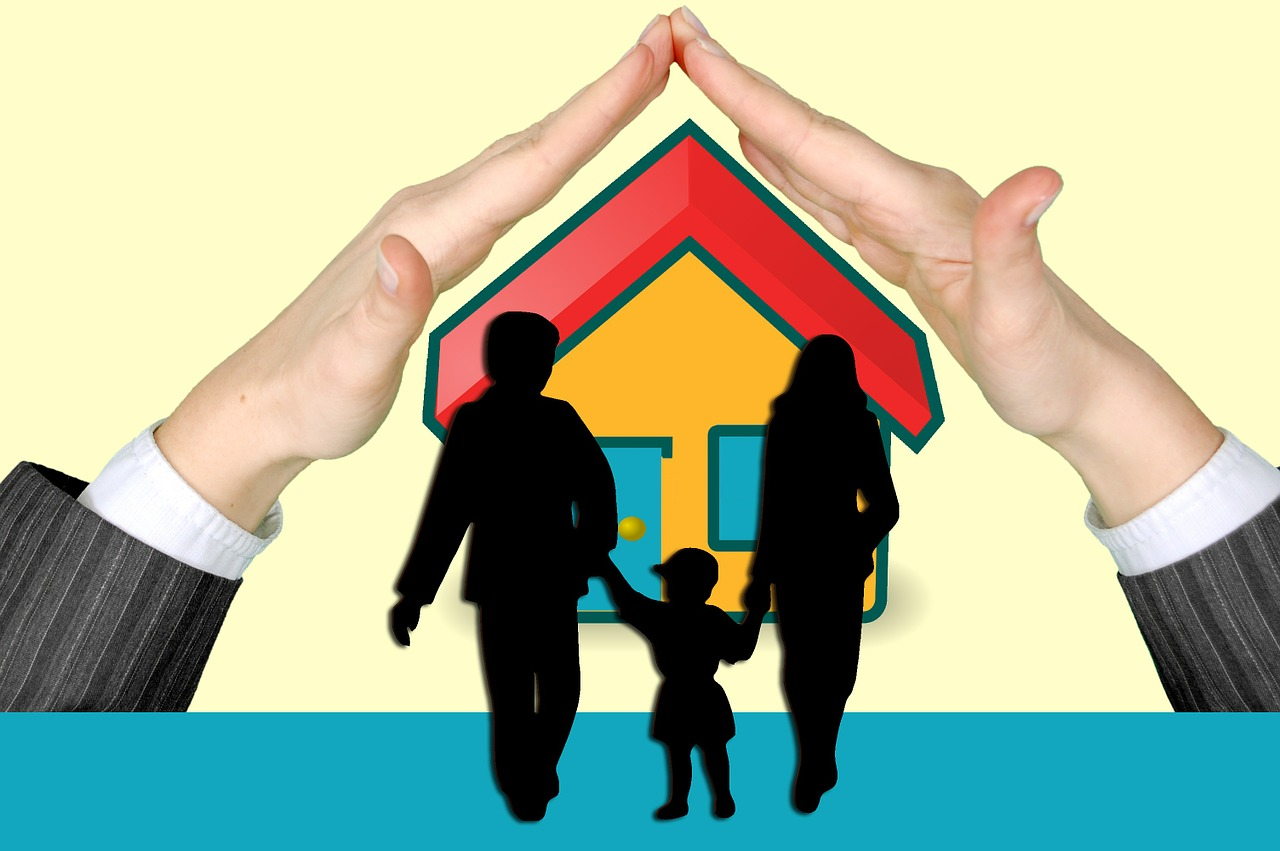 ידיים מגנות על בית ומשפחה