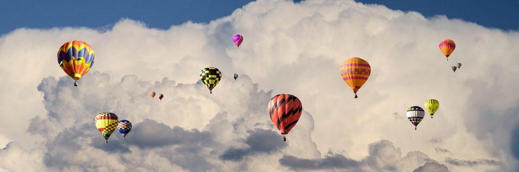 כדורים פורחים בשמיים