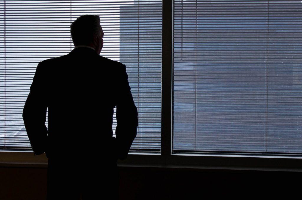 גבר עומד ליד חלון